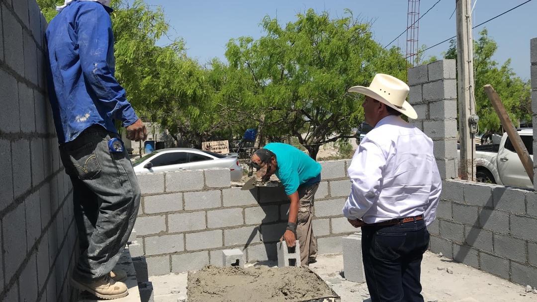 Beneficia José Ríos a familias con viviendas en la laguna
