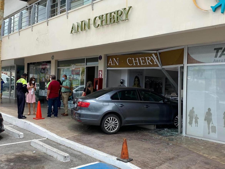 Mujer entra a tienda con todo y coche