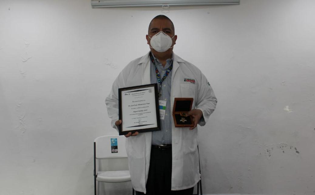 """Condecoran a médico maderense con la medalla """"Miguel Hidalgo"""""""