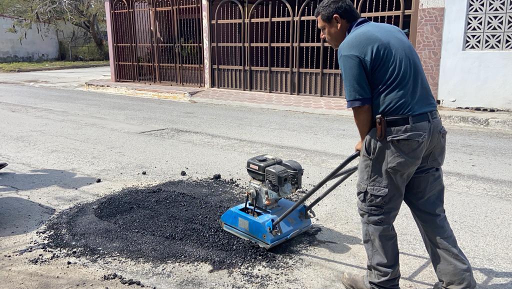 Aplican acciones de bacheo e instalación de topes en la ciudad