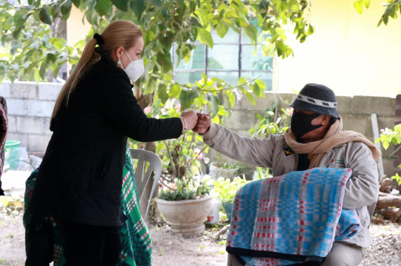 Entregan apoyos alimenticios y cobertores a los abuelitos