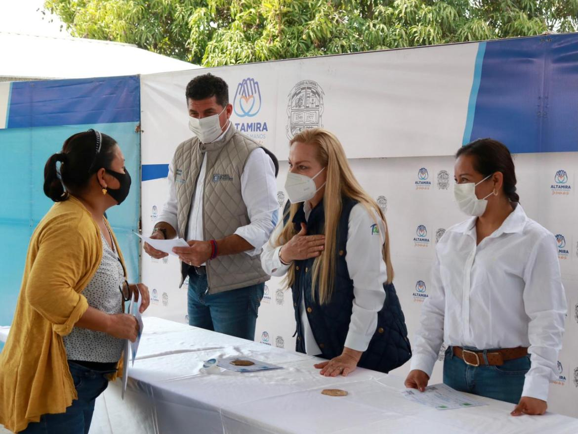 Entregan becas educativas en la zona rural