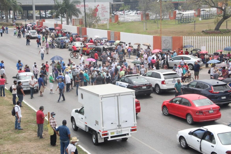 Abuelitos y familiares bloquean el boulevard López Mateos