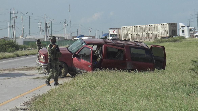 Provocan militares volcadura de una camioneta con familia