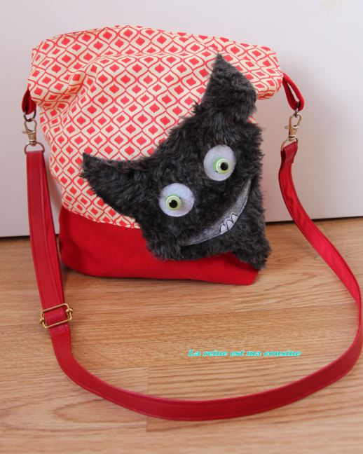 sac monstre poilu gris