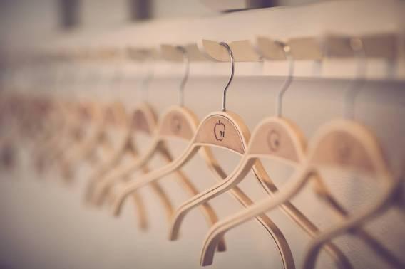 Usar perchas para organizar el armario