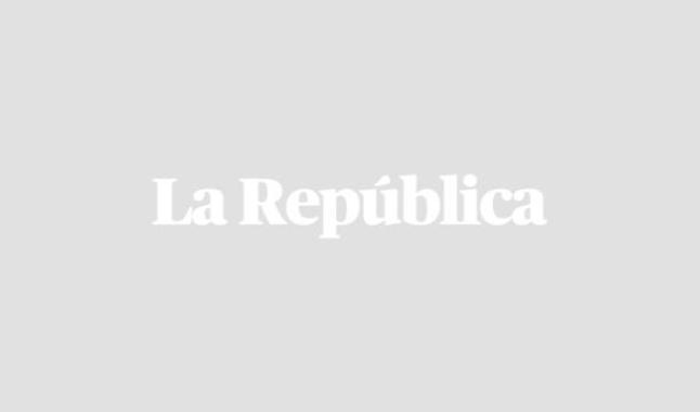 Avión SuperTanker apaga incendios forestales en sierra de Santa Cruz, Bolivia. Foto: AFP.