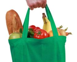 DON'T FORGET THE TOTE: Under a new law, plastic bags will be phased out at grocery stores and supermarkets beginning next summer. (Photograph: 123RP)