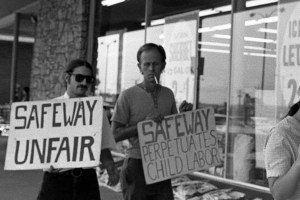 1973 UFW picket line urging boycott of non-union grapes at Safeway in Langley Park, MD (Flickr Commons/ Reading/Simpson)