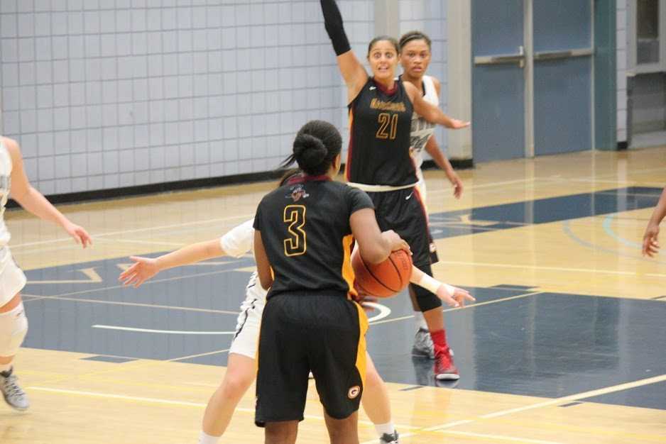 Gauchos Hanna Sabila calling for the basketball No1 21 pass from No3 Deja (dominic/photographer)