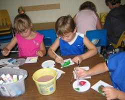 Children working in the arts and crafts activity center with their child development center (njxw/flickr)