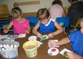 Children working in the arts and crafts activity center with their child development center (njxw/flickr)