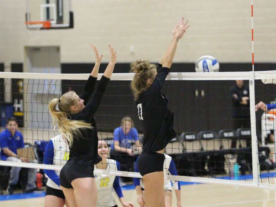 The Gauchos refuse to give up on a rally with Santiago Canyon. Middle blocker Courtney Rose and opposite hitter Mackenzie Alexander side out on a block. (Colin Reef/Lariat)