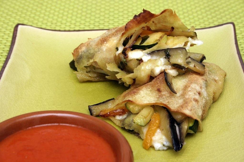Cannoli di pane carasau alle verdure con salsa piccante