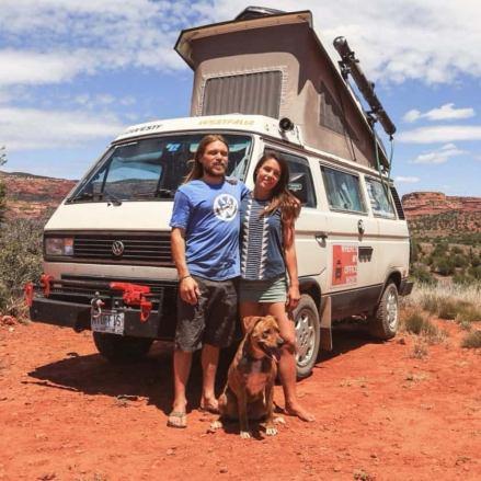 Vanlife e vita alternativa: Corey e Emily in una foto con il loro cane
