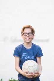 Deutschland, Baden-Württemberg, Junge mit Fußball