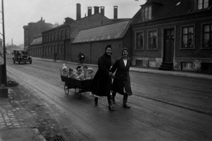 europenana storie fotografia donne con bambini nel carretto