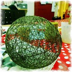 En glob gjord av tråd – en lampskärm, kanske? Foto: Margita Persson