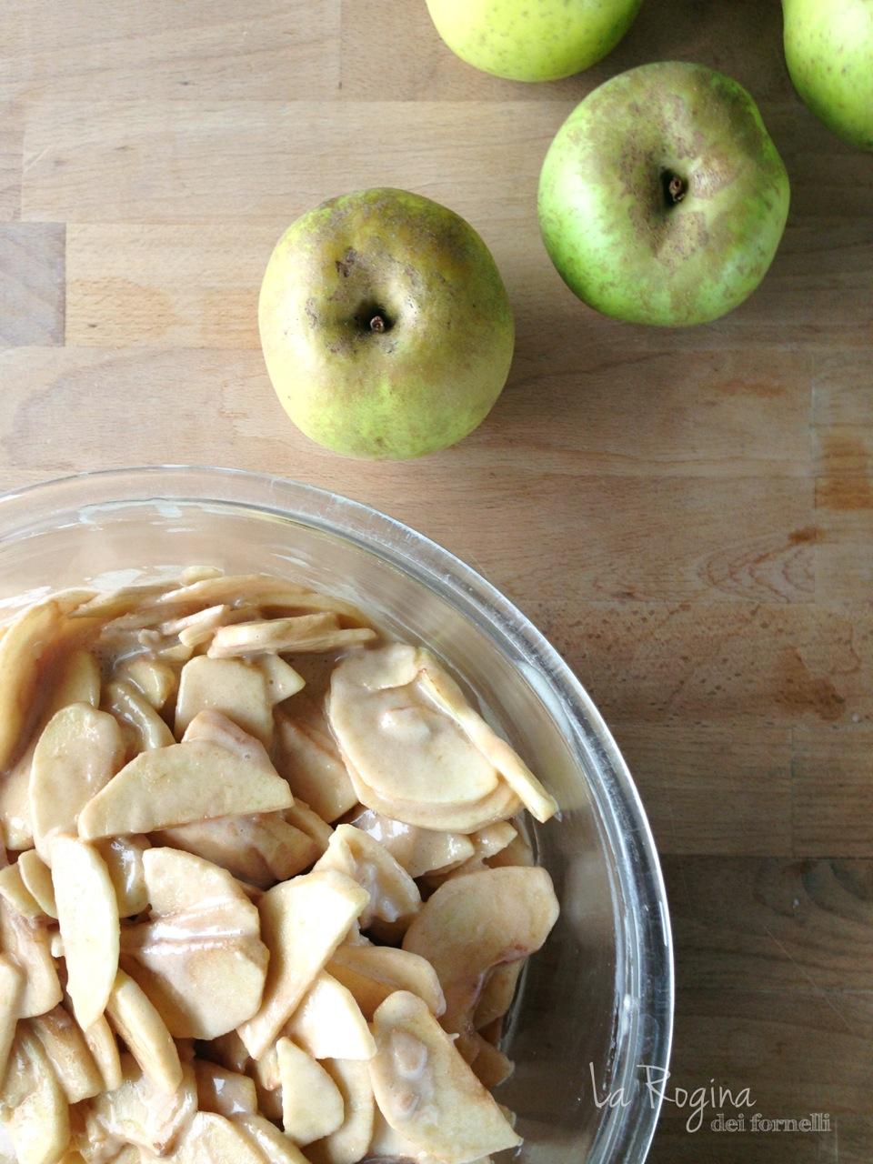 """Ecco il risultato: tante fettine di mele leggermente """"sporche"""" di impasto"""