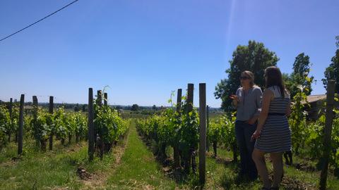 karine Lavau et Soline Bossis dans les vignes du Château Bernateau