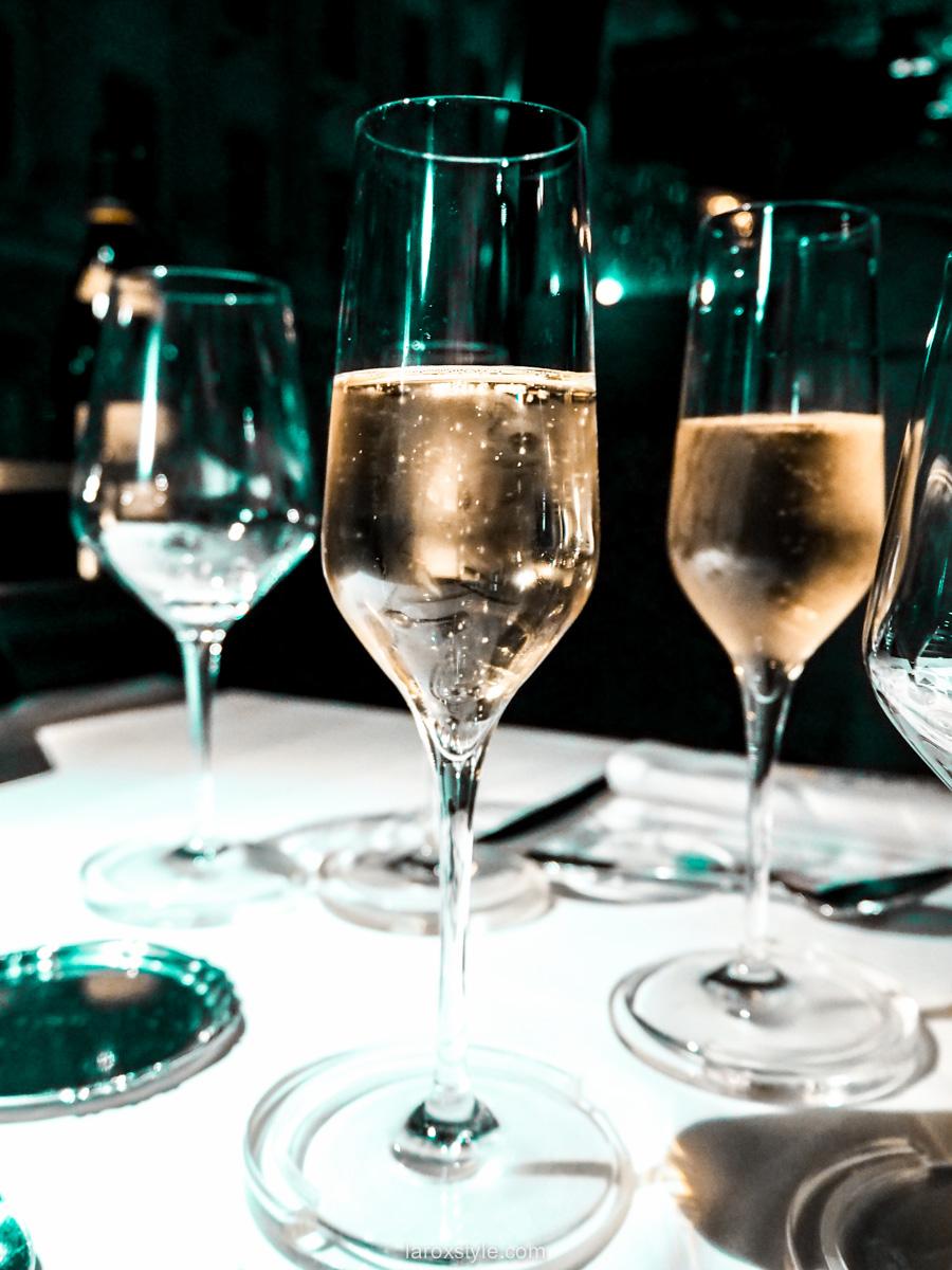 Coupe de champagne au bord du Wagon Bar à Lyon
