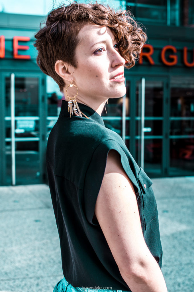 portrait femme - boucles d oreilles bohemiennes