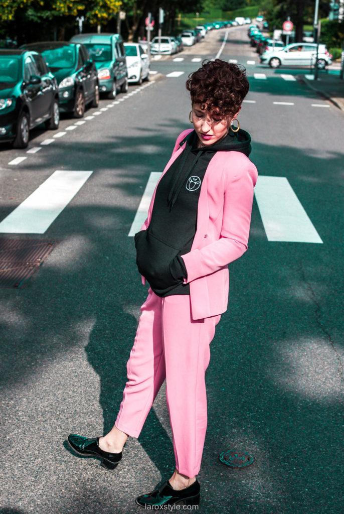 tailleur pantalon rose et sweat a capuche - blogueuse lyon