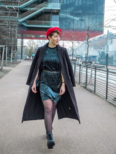 look blog beret rouge et robe velours