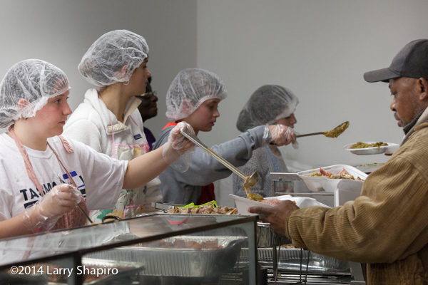 teens serving food at a shelter