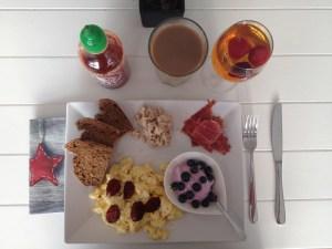 IMG_9709Æg tilberedt på panden, groft brød, parma skinke, chorizo, tun og skyr med blåbær. Dertil kaffe og friskpresset æblejuice med frosne jordbær.