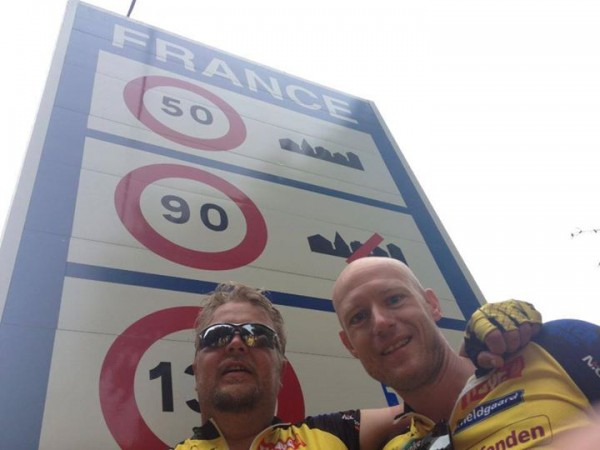 Team Rynkeby krydser grænsen til Frankrig. På billedet arm i garm med min roommate Niels Skovmand.