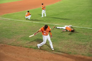 Street Photography, Asia, Taiwan, Photo Book, Lars Hübner, Fotograf, Elephants, Baseball, Taipeh, Team, Game, Field, Green, Orange