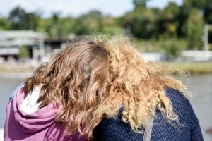 Downunder, Street Photography, Photo Book, Lars Hübner, Fotograf, Australia, Reportage, Visual Storytelling, Reportage, Hair, Love, Hug, Curls, Blond, Brunette, Yara River, Head to Head