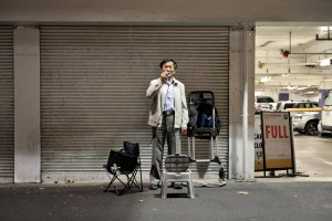 Street Musician, Night, Singing, Car Park, Full, Sidewalk, Melbourne, Chinatown, Downunder, Street Photography, Photo Book, Lars Hübner, Fotograf, Australia, Reportage, Visual Storytelling, Reportage,