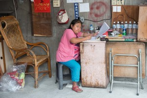 Business Woman, Shop, Street Photography, Asia, Taiwan, China, Photo Book, Lars Hübner, Fotograf, Nothing to Declare,