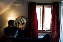 - NåŒr jeg ståŒr opp om morgenen og ser meg i speilet, sŒå ser jeg noe som ikke stemmer, sier Alice Darby (21) fra Stavanger. Det som ikke stemmer er at hun ikke er født kvinne. Hun er en transkjønnet kvinne.
