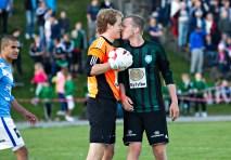 Midtstopper Stian Nag gir keeper Thomas T. Mæle et aldri så lite nuss etter at han storspiller og redder straffe slik at 3. divisjonslaget Staal slår ut selveste Sandnes Ulf.