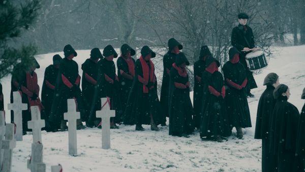 the-handmaids-tale-saison-2-enterrement