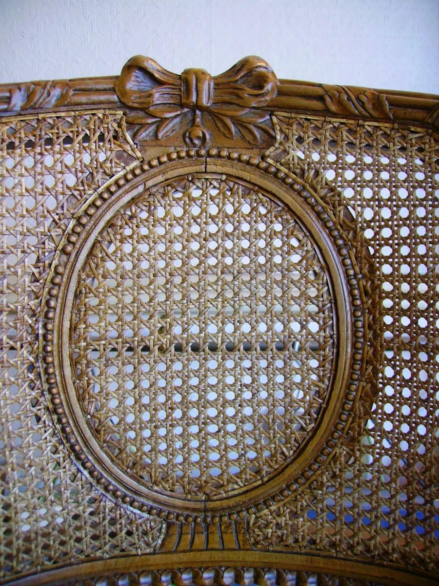 cannage collé en rotin sur médaillon du dossier d'une bergère Louis XVI