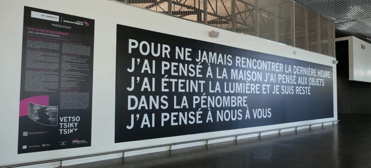 Toulouse : les Abattoirs et l'artiste Joël Andrianomearisoa investissent les couloirs de l'aéroport