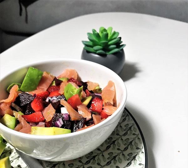 recette de salade avocat saumon fraise et betterave recette de saison