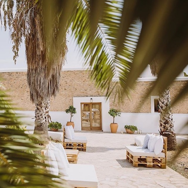 Our beautiful back yard set up for a wedding last summer by @lejourduoui ???????? Ph. by @raquelbenito_ // #lascicadasibiza // looking forward to what brings #ibizasummer2017 // #eventvenue #holidayhome #vacationvilla #santagertrudis #ibiza