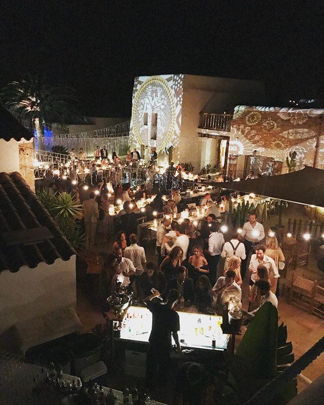 ✨fabulous flashback to last weekend✨ #privateevent #wedding #extraordinaire #decoration #eventstyling #eventplanner #artprojections #privatebarservice #magicnight #summer #boutiquevilla #lascicadasibiza #ibiza ✨ @ibizacloud9 @bamboobambhaus