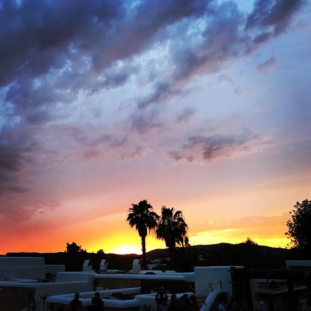 // Summer Sunsets // #summer #sunset #poolwithaview #palmtrees #santagertrudis #ibiza #ibiza2018 #hotdays #warmnights #boutiquevilla #lascicadasibiza 💙💜❤️🧡💛