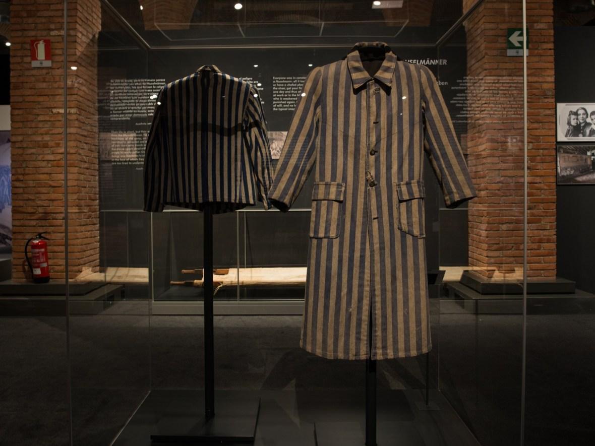 Vestimenta de prisioneros expuesta en Centro de Exposiciones Arte Canal