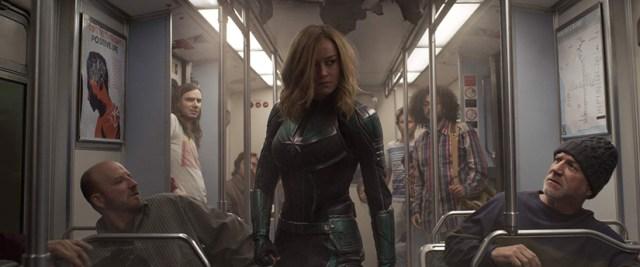 Capitana Marvel en el vagón del tren.