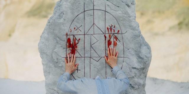 Midsommar, rito sobre la piedra.