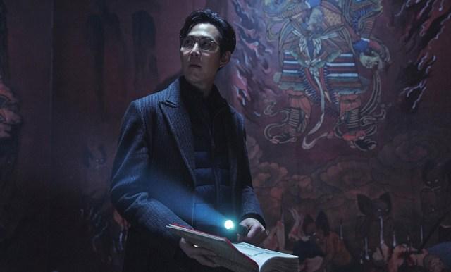 Lee Jung-jae en una escena de 'Svaha: The Sixth Finger'