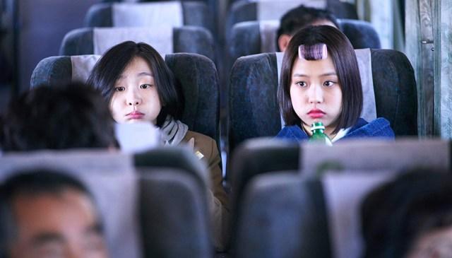 Kim Da-Mi y Myung-hee en una escena de la película The Subversion