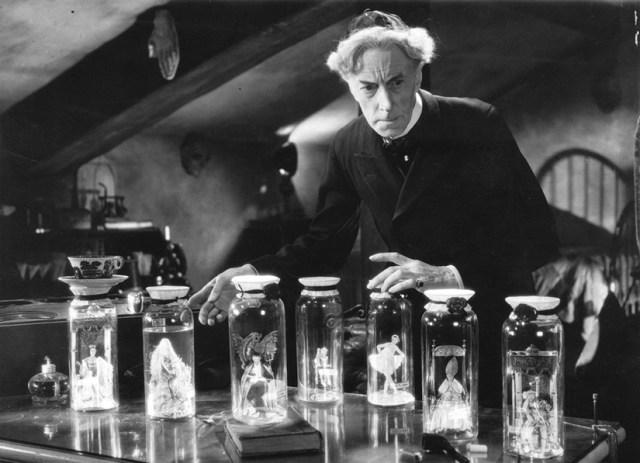 El Dr. Pretorius y sus Homunculos en 'La novia de Frankenstein'